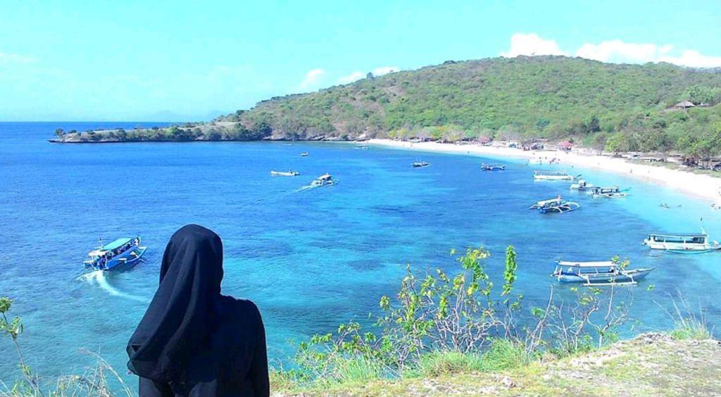 pemandangan laut dan perbukitan di sekitar pantai