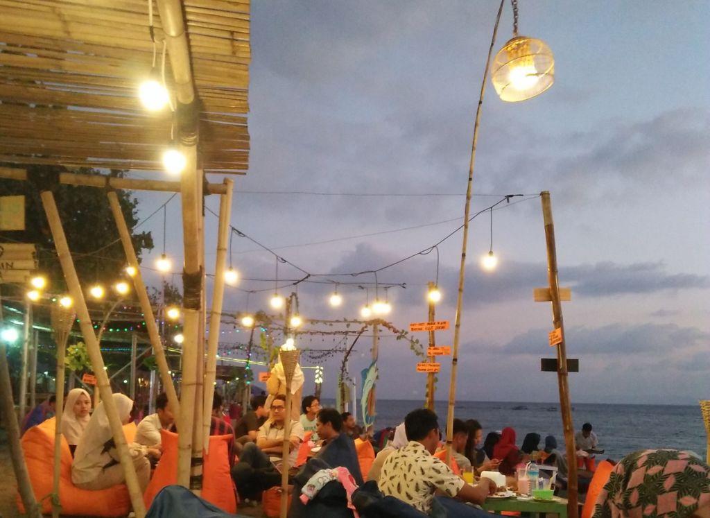Menikmati sajian kuliner sambil menikmati pemandangan langsung ke laut lepas