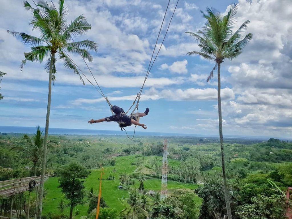 Merasakan sensai berayun di ketinggian puncak Twin Hill Gianyar Bali