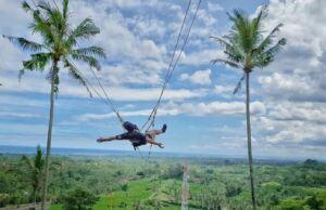 Merasakan sensai berayun di ketinggian puncak Twin Hill Gianyar Bali - kentjuliawan