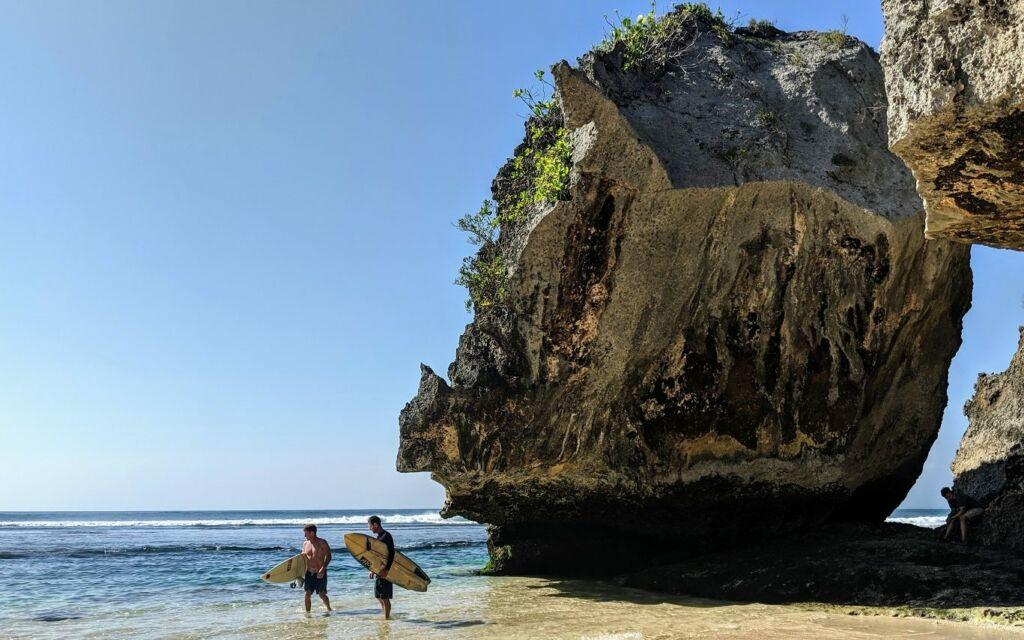 wisatawan sedang bersiap melakukan kegiatan surfing