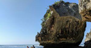 Pantai Uluwatu Badung Bali menjadi destinasi wisata incaran para surfer karena gulungan ombaknya yang menantang - Richard Whitcombe