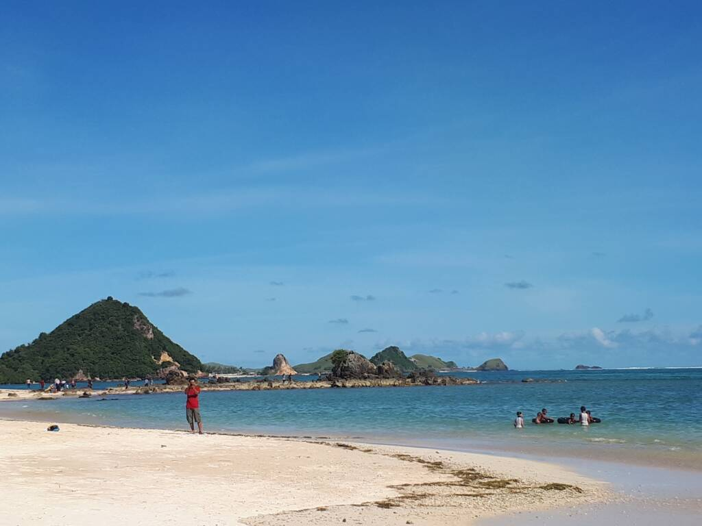 Pasir, Bukit, dan Lautan Biru Pantai Kuta Lombok