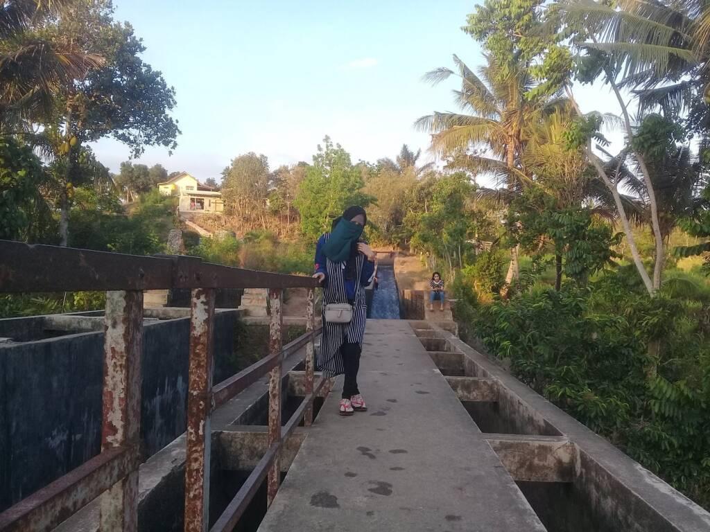 Pengunjung Berpose di atas Jembatan Parit Abangan