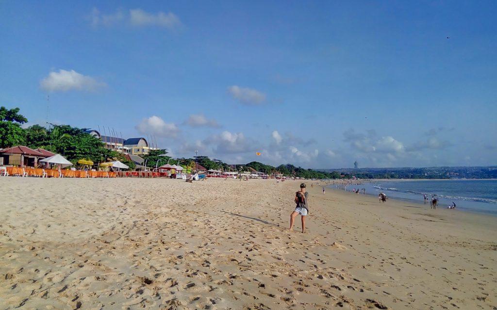 Pengunjung di Pantai Jimbaran