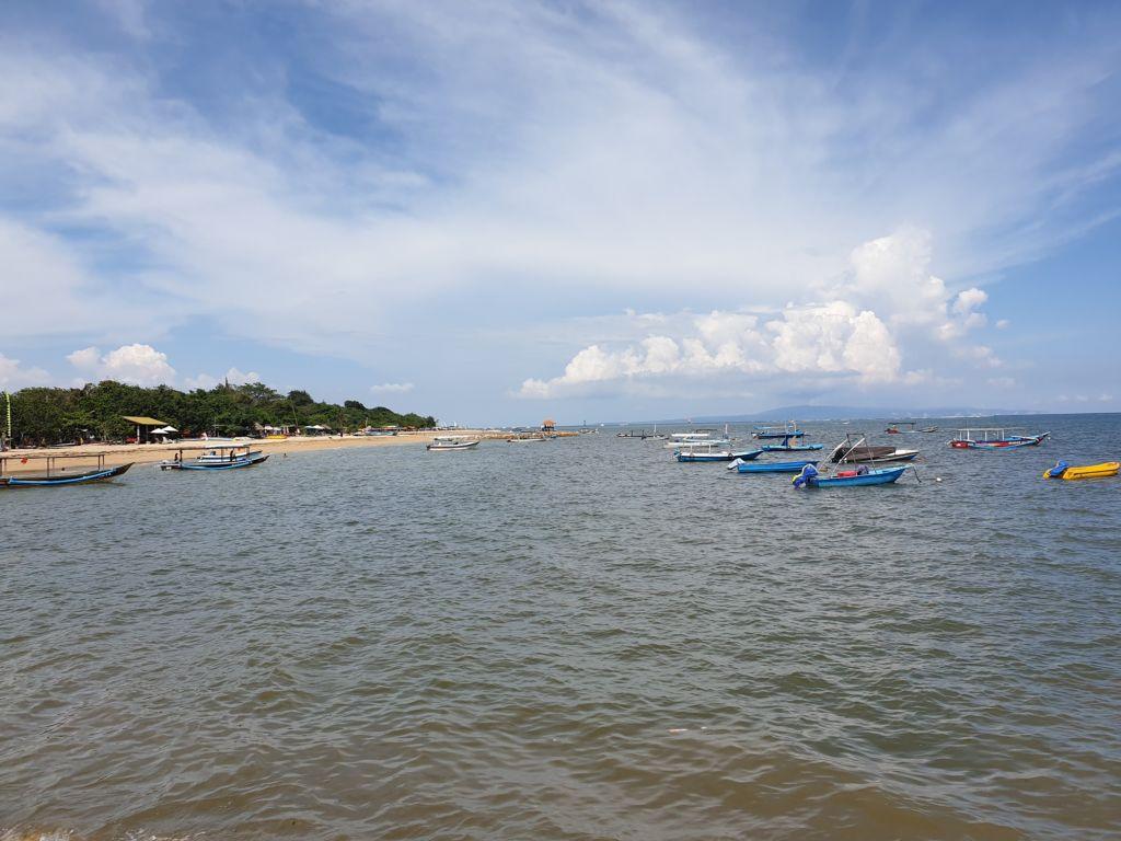perahu wisata di pantai mertasari