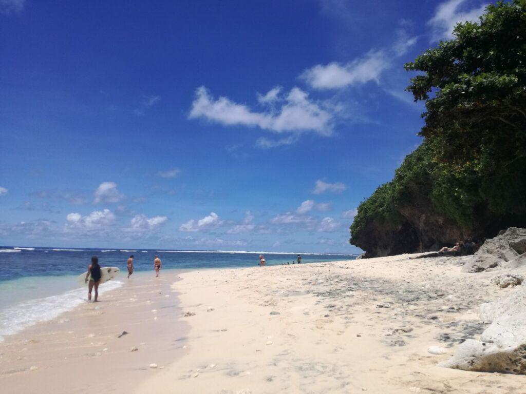 Peselancar di Pantai Green Bowl