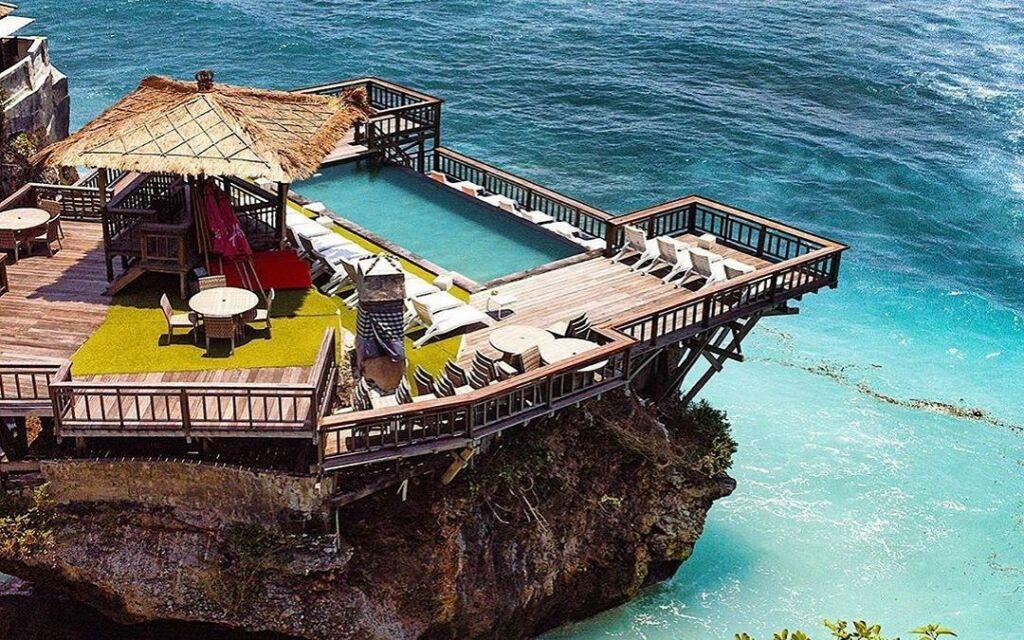 Sebuah cafe pilihan di ujung tebing Pantai Uluwatu Badung Bali dengan bed matras dan infinity pool - cruzdiary