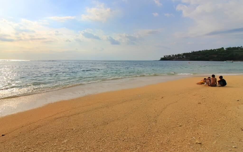 menjelang sore dan sunset di tepi pantai