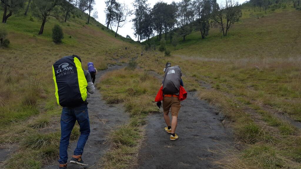 pendaki menapaki jalan setapak menuju puncak mahameru