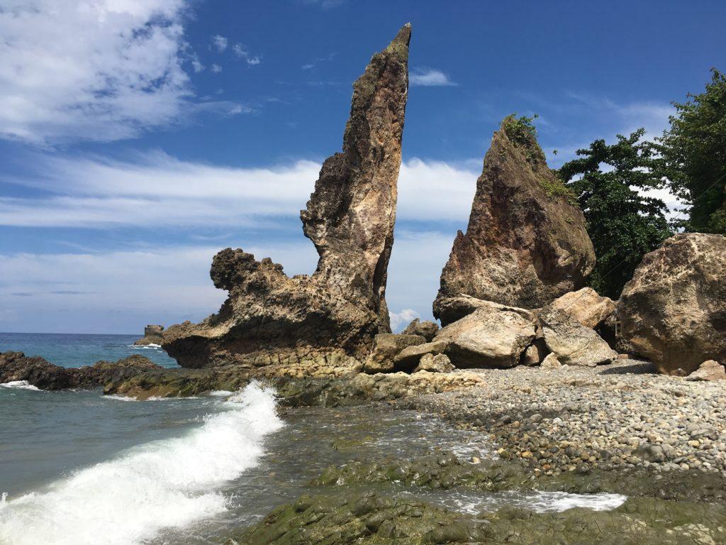 Uniknya Batu Layar yang Berbentuk seperti Layar Kapal