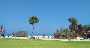 suasana pantai ngrawe yang rapi dan bersih