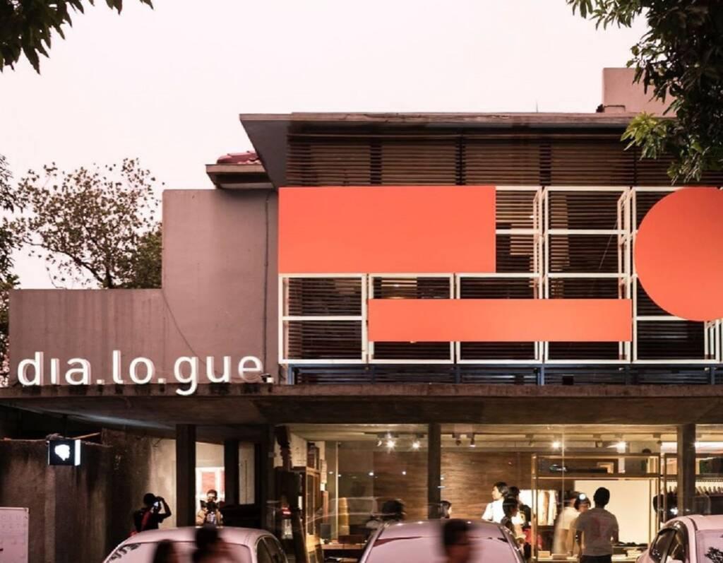 Bagian depan Dia Lo Gue Jakarta Selatan DKI Jakarta di sisi jalan strategis - _riop_