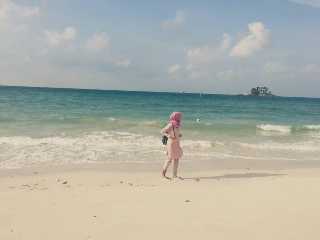 pantai pasir putih dengan laut hijau toska