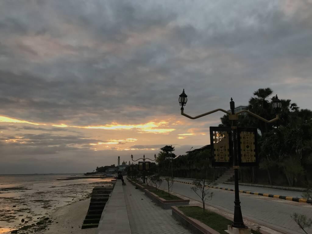 Indahnya suasana pagi hari di tepi pantai