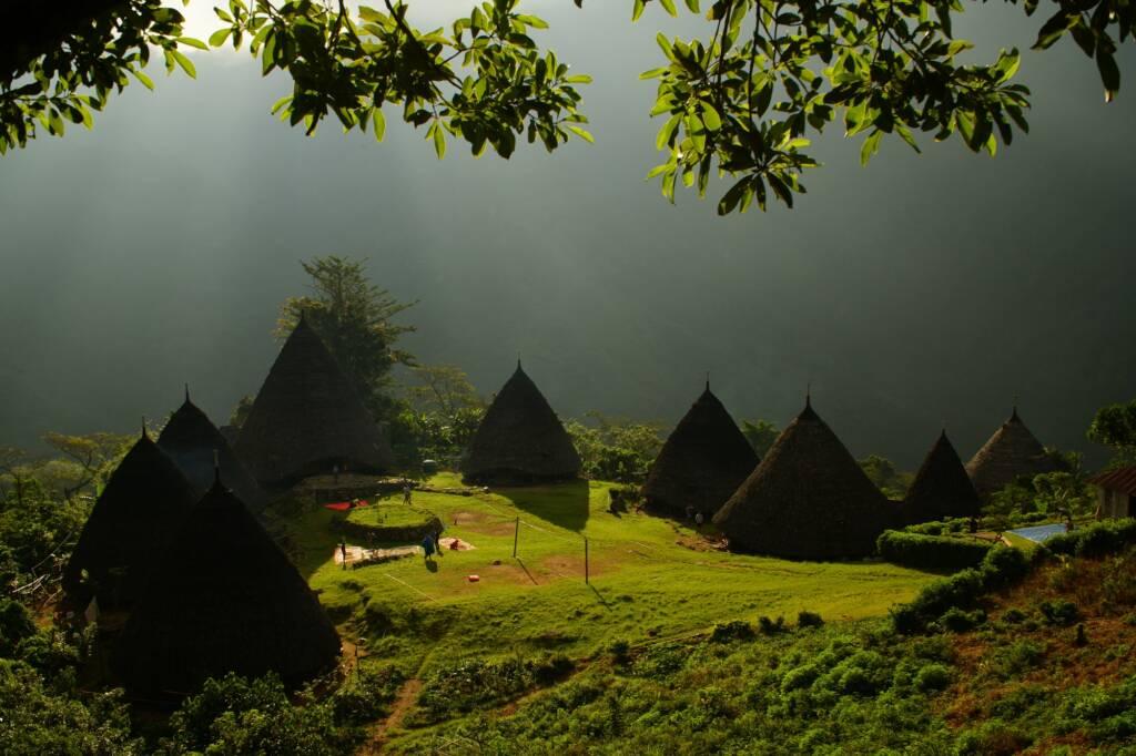 Kabut Tipis yang Menyelimuti Desa Wae Rebo