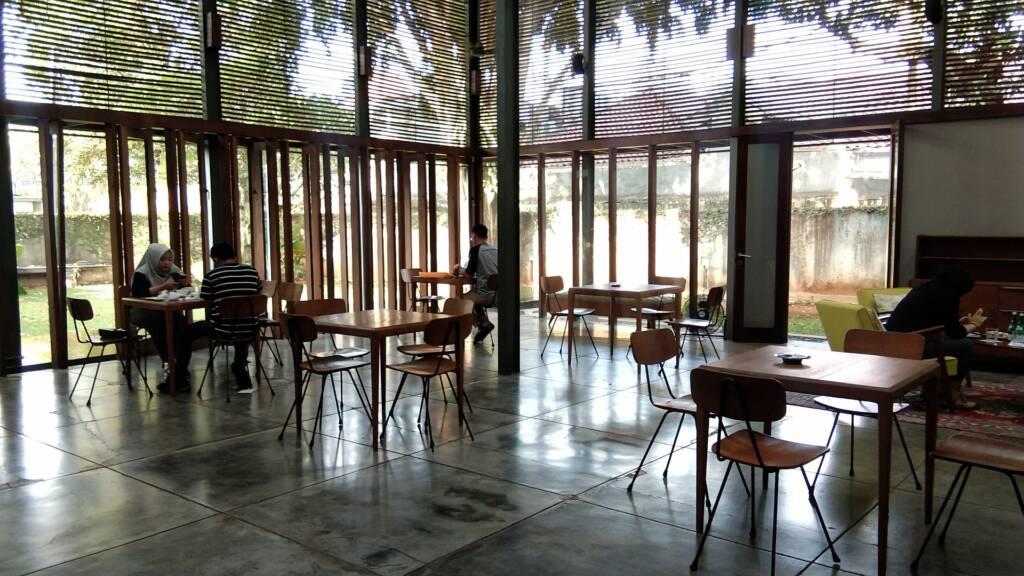 Memiliki banyak jendela, Dia Lo Gue Jakarta Selatan DKI Jakarta memastikannya dipenuhi cahaya alami - maul anas