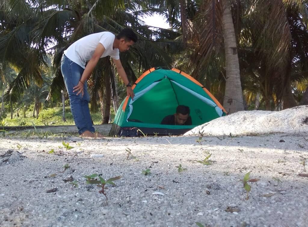 bermalam di tenda sekitar pantai