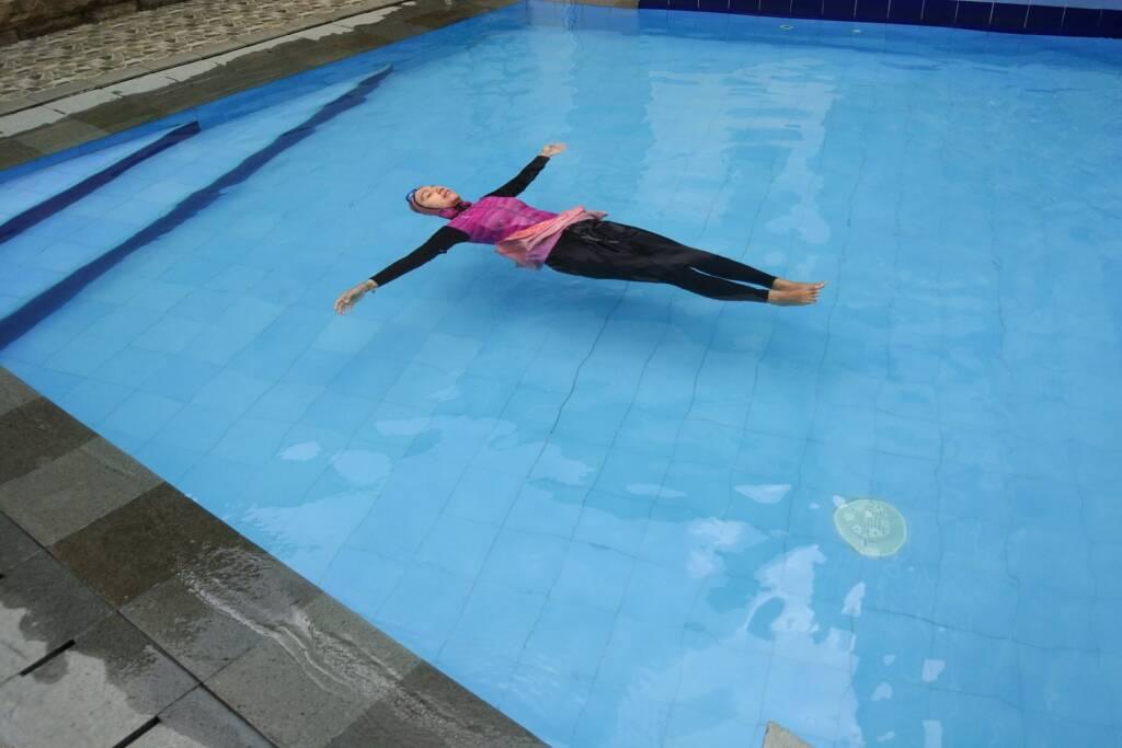 Menikmati kesegaran kolam renang House of Shafa Jakarta Selatan DKI Jakarta - Nur Khamdah