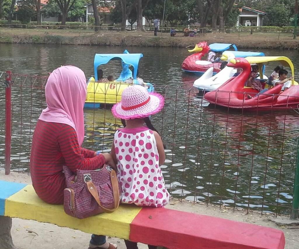 wahana sepeda air di taman rekreasi ndayu park sragen