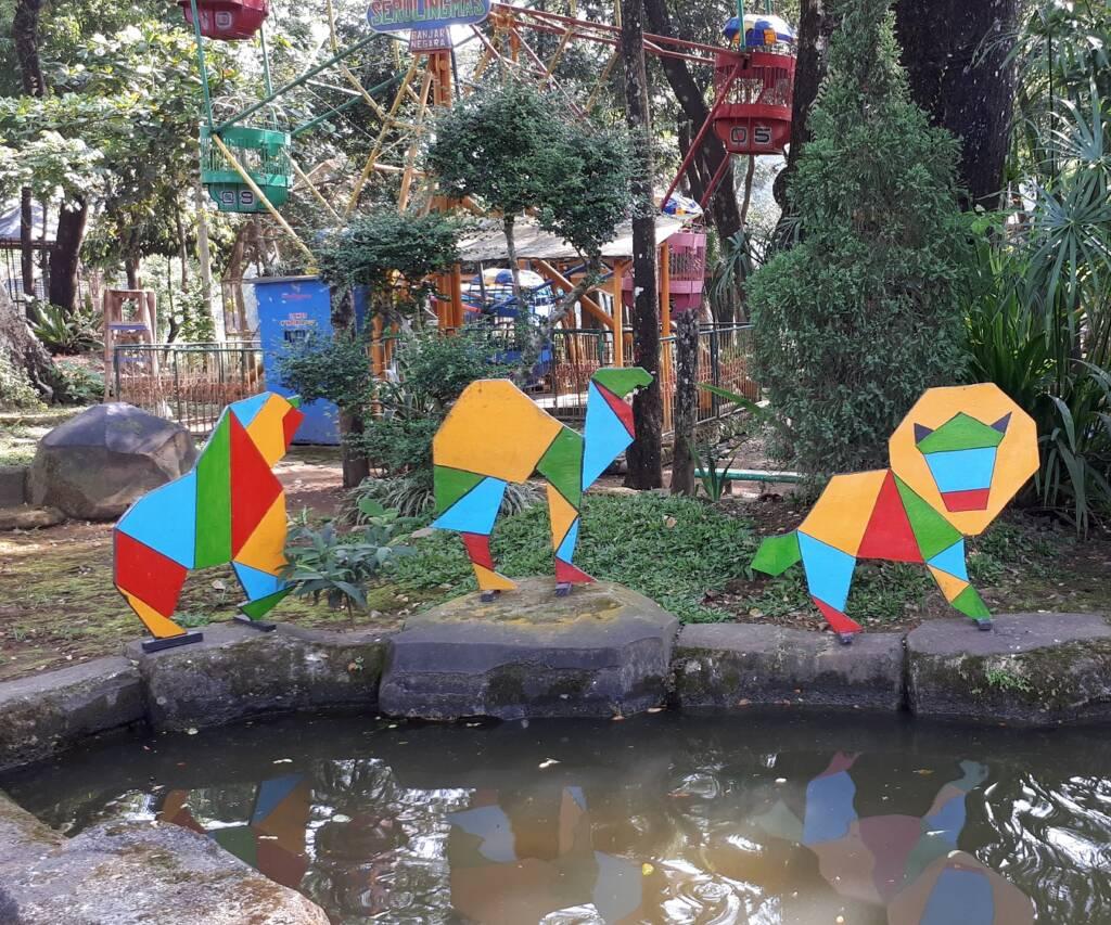 ornamen di area sekitar kebun binatang