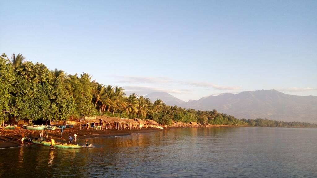 Pantai yang Disinari oleh Mentari Pagi