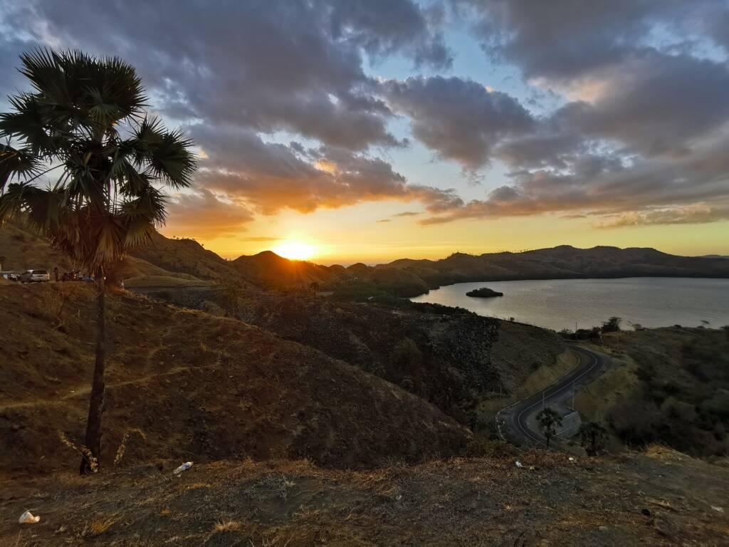 Pemandangan Matahari Terbenam dari Bukit Cinta