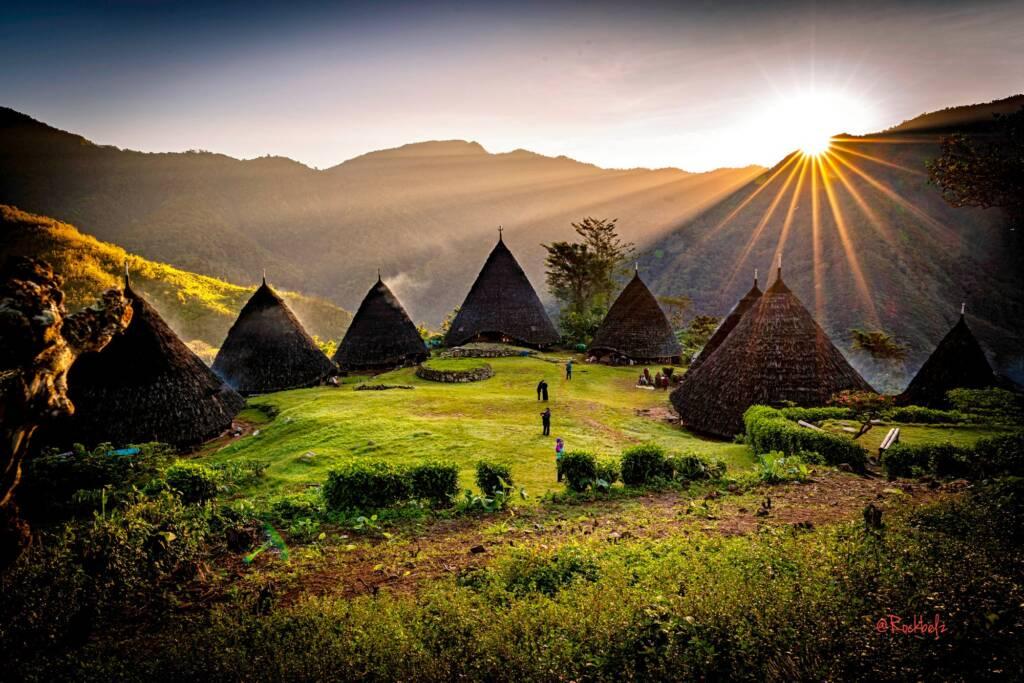 Pemandangan Pagi yang Indah di Desa Wae Rebo