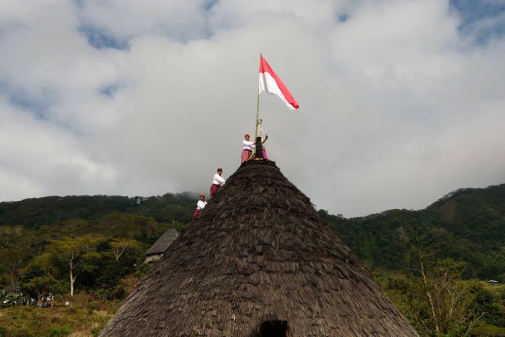 Pemasangan Bendera Merah Putih saat Hari Kemerdekaan Indonesia