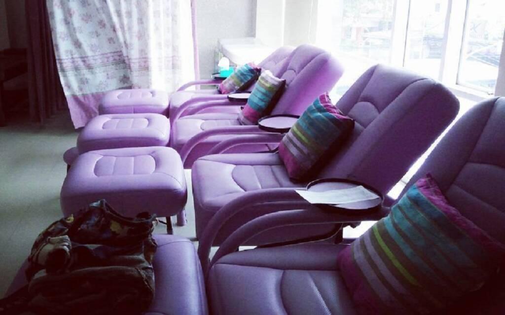area spa dengan sofa-sofa nyaman