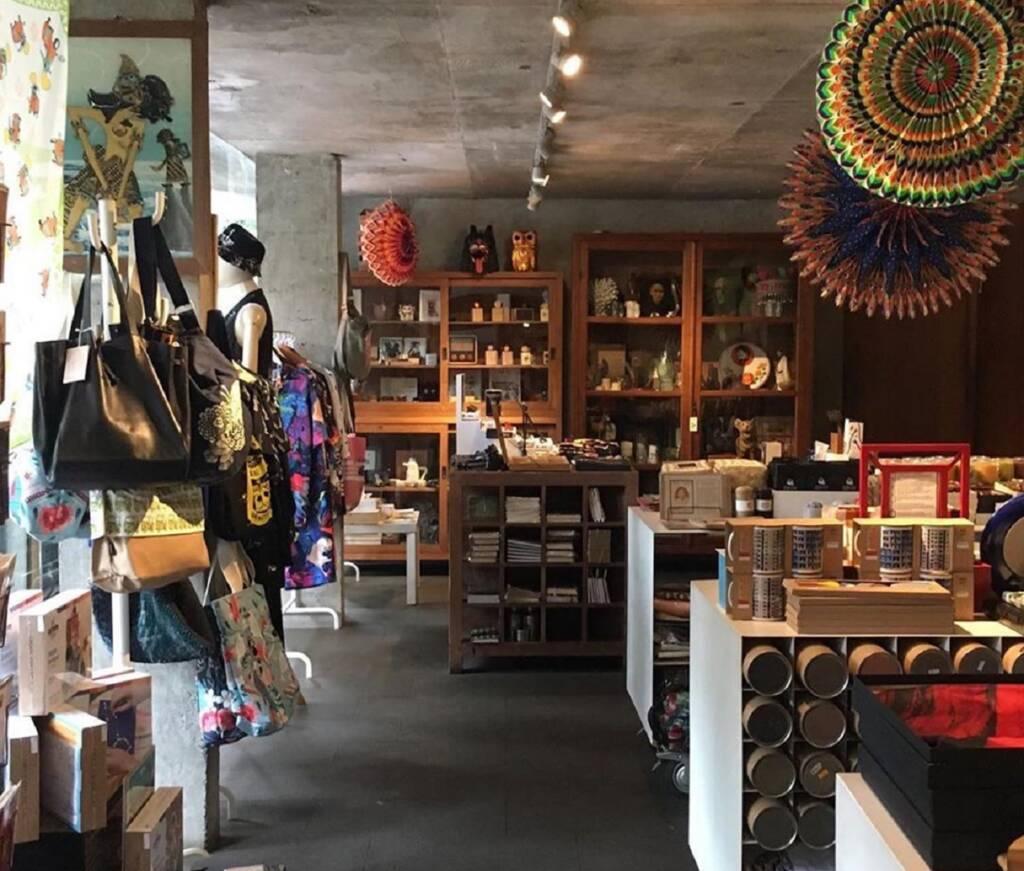 toko souvenir dengan koleksi barang seni