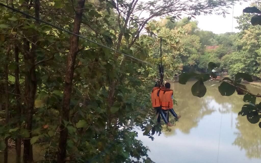 wahana flying fox di atas danau