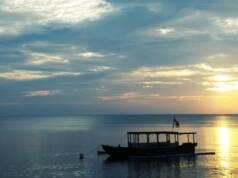Warna Keemasan Mentari Terbit di Pantai Ketapang