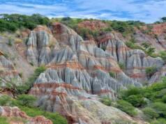 area perbukitan warna-warni yang terbentuk dari lapisan batu