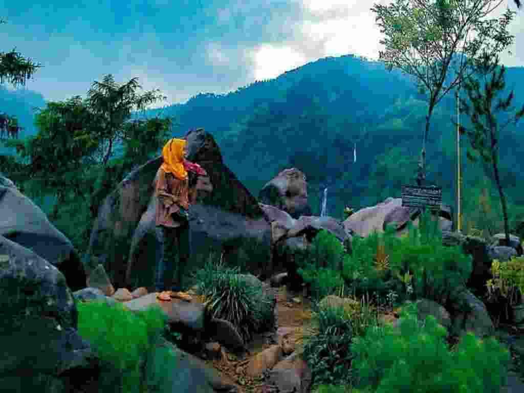 area pegunungan dengan bebatuan raksasa