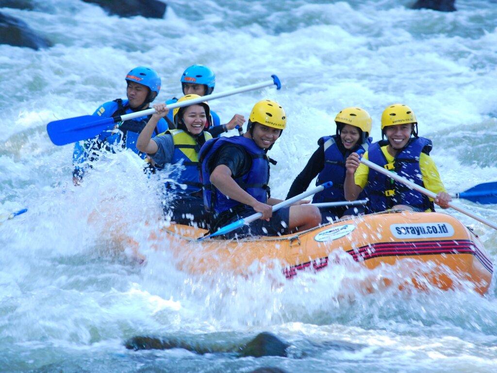 kegiatan rafting menyusur sungai serayu