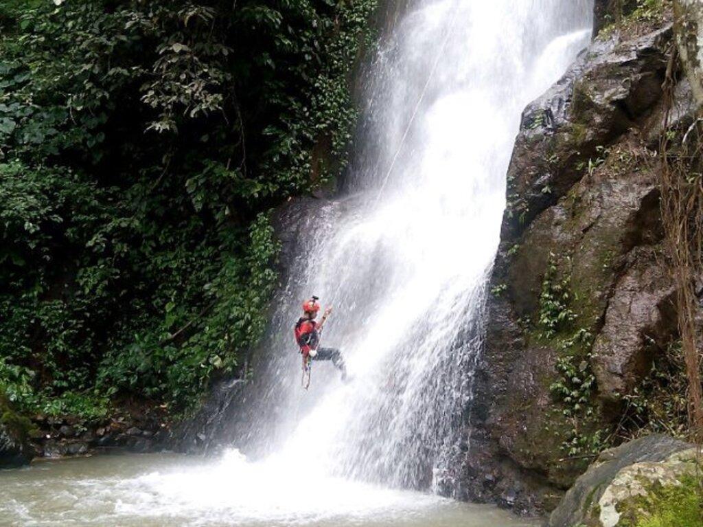 kegiatan outdoor rock climbing di air terjun