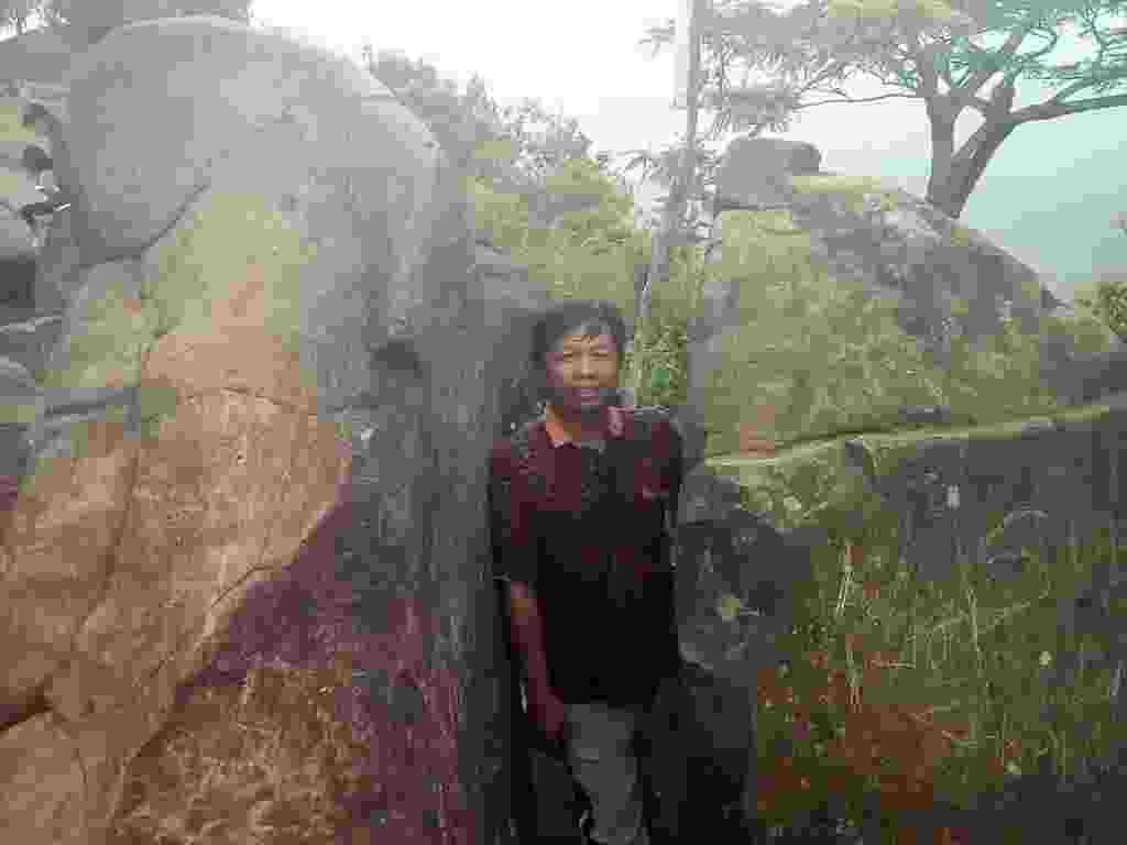 Batu unik dengan celah seolah terbelah rapi menyerupai gapura pintu masuk menjadi ikon Watu Lawang Nganjuk Jawa Timur - Koko Pribadi