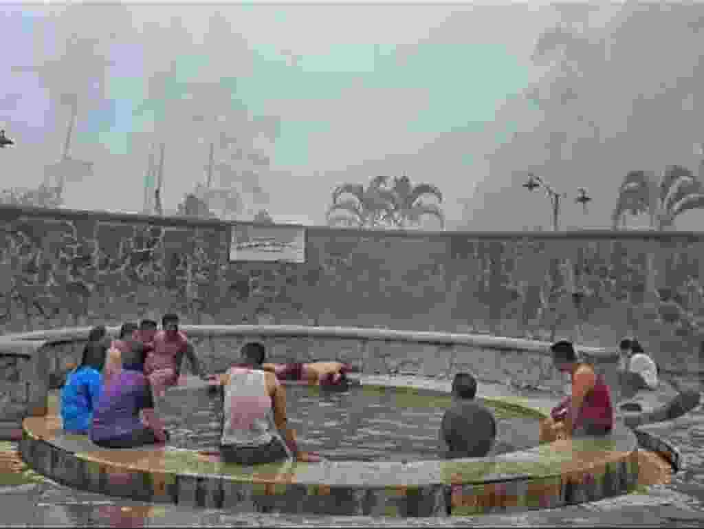 pengunjung sedang berendam di kolam air panas