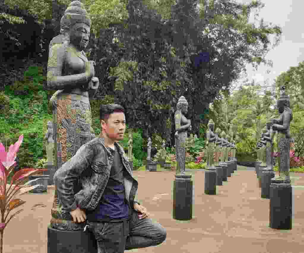 arca berjajar di sela taman Lembah Tumpang Resort Malang