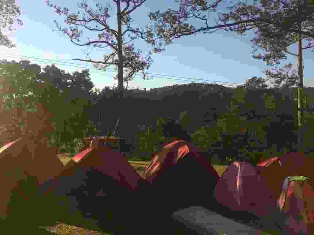 area berkemah dengan tenda-tenda
