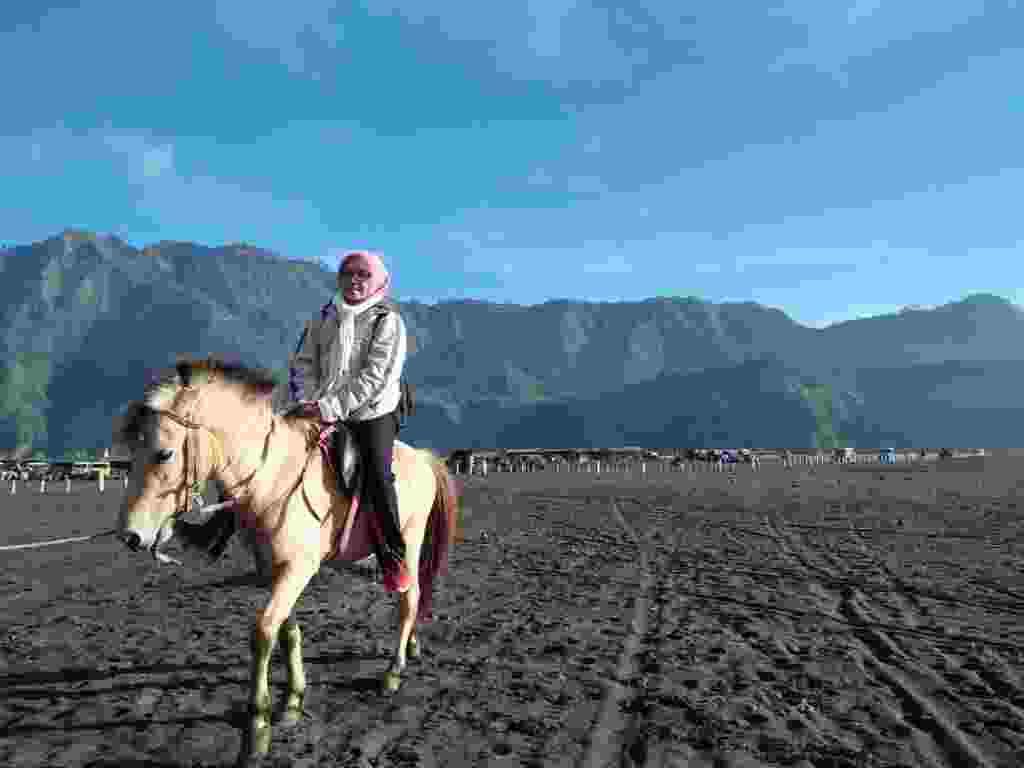 wisatawan menunggang kuda sewaan