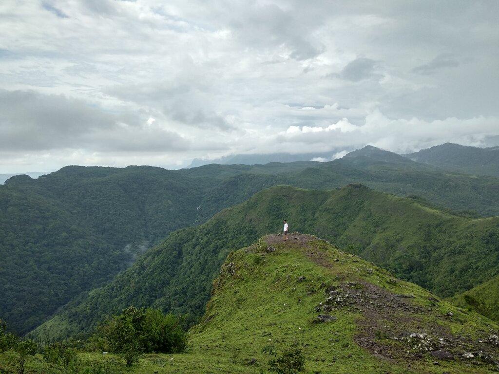 Dataran tinggi yang hijau perbukitan dan lembah