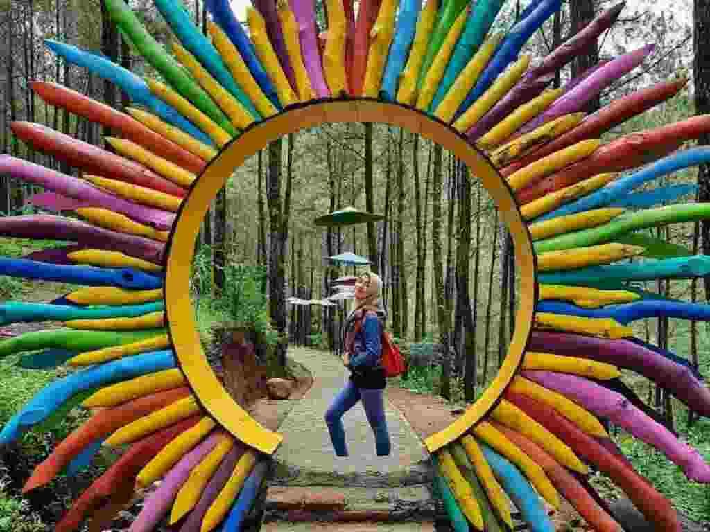 Pintu masuk warna-warni ke areal hutan pinus puthuk panggang welut