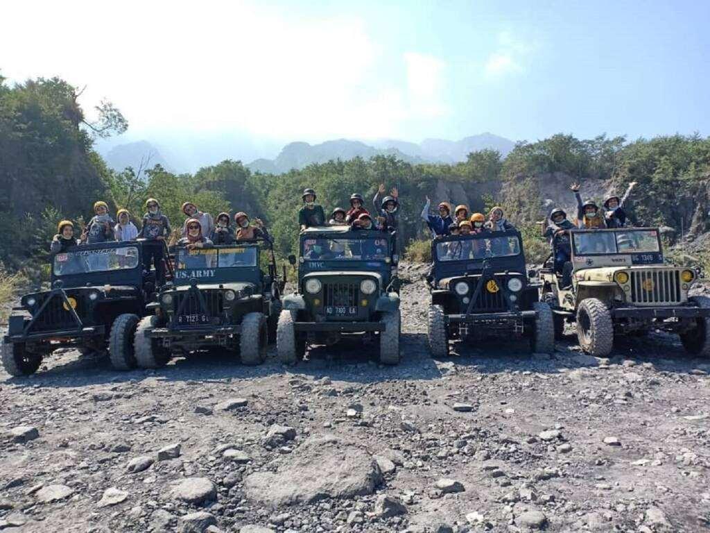 Jeep menjadi kendaraan pilihan melintasi jalan berrpasir dan berbatu menuju lokasi Bunker Kaliadem Sleman Yogyakarta -wita_wionegigega