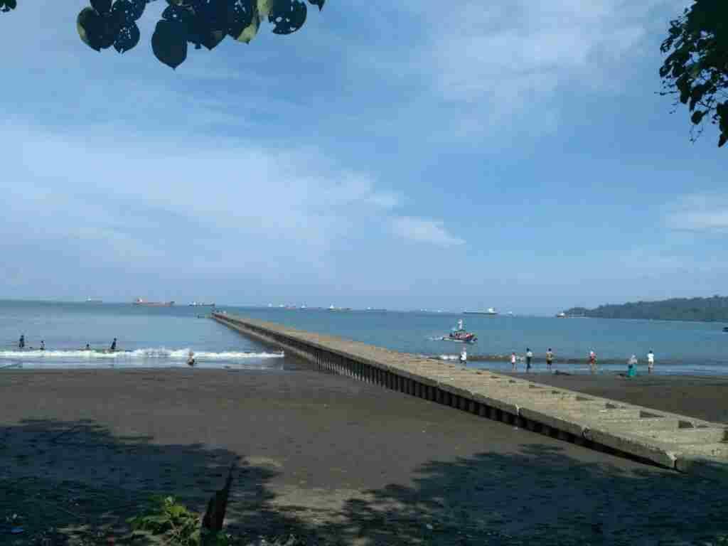 Jembatan yang Menjorok ke Laut