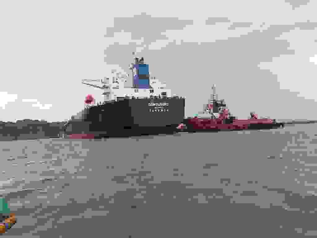 Kapal Tanker yang Melintasi Perairan Pantai Teluk Penyu