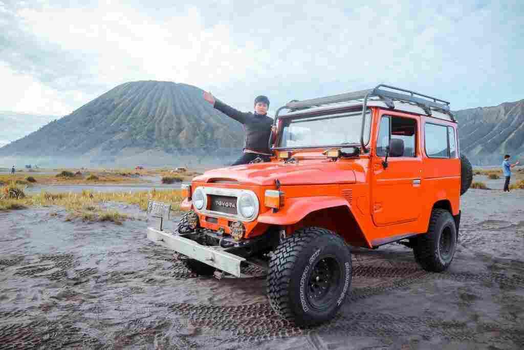 kendaraan jeep yang digunakan menjelajah padang pasir