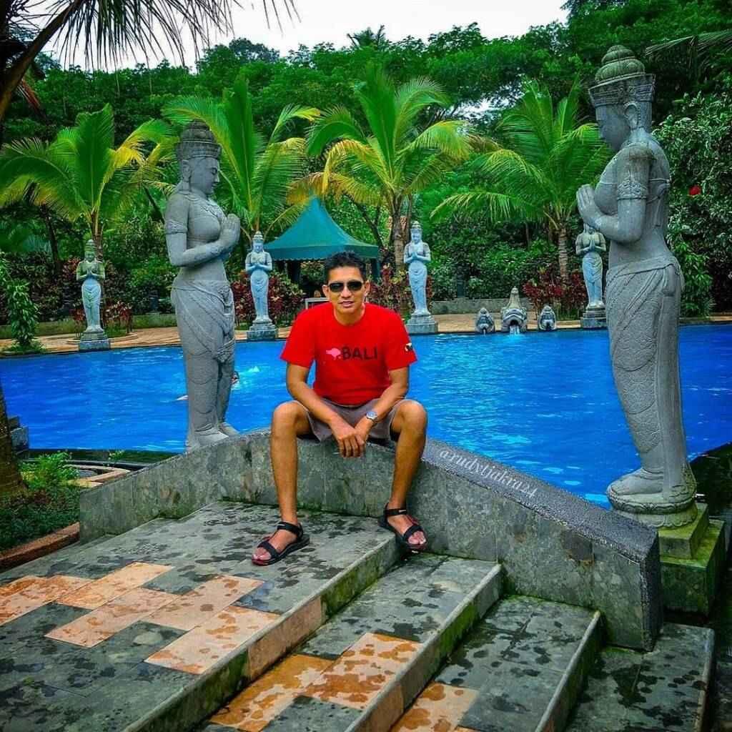 Kolam renang dengan ornamen patung dan arca dengan air yang sejuk dan segar langsung dari sumber di Lembah Tumpang Resort Malang Jawa Timur - rudy_tjakra24