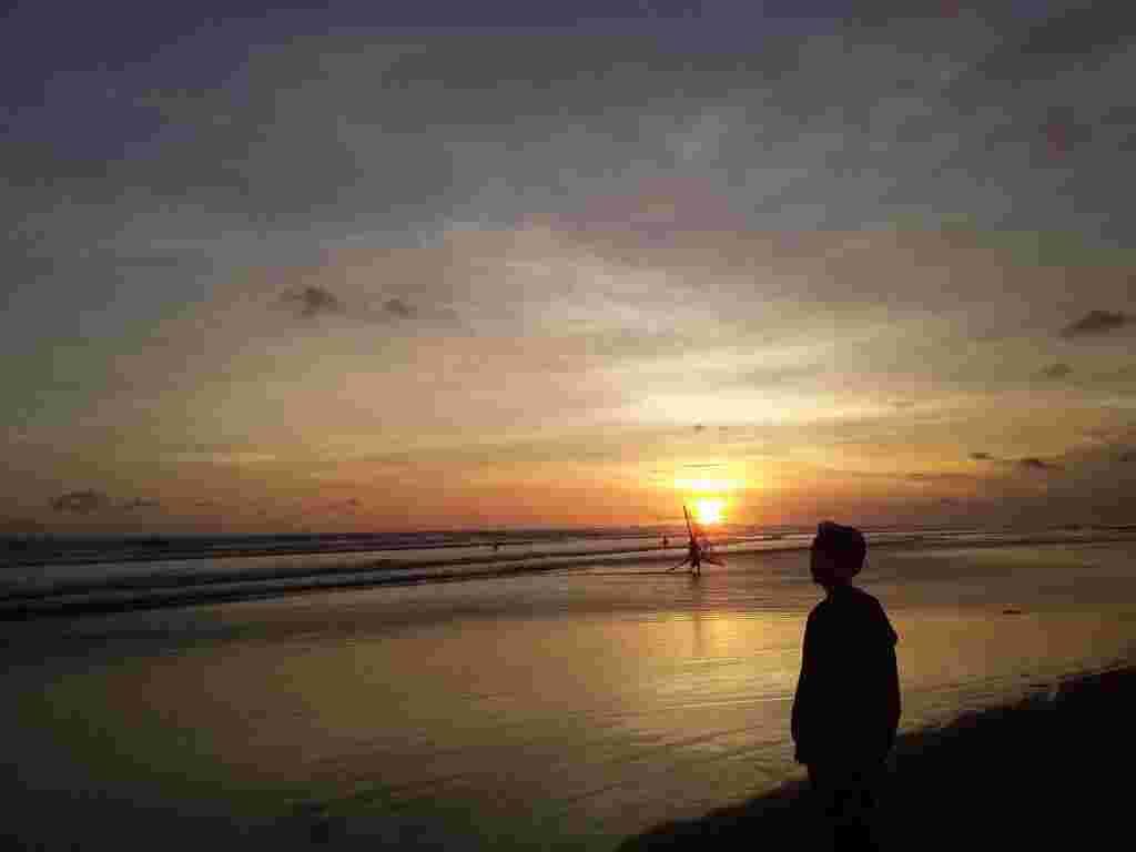 Matahari Terbenam di Pantai Cemara Sewu